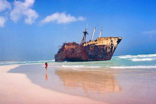 Заброшенный корабль на Кабо-Верде