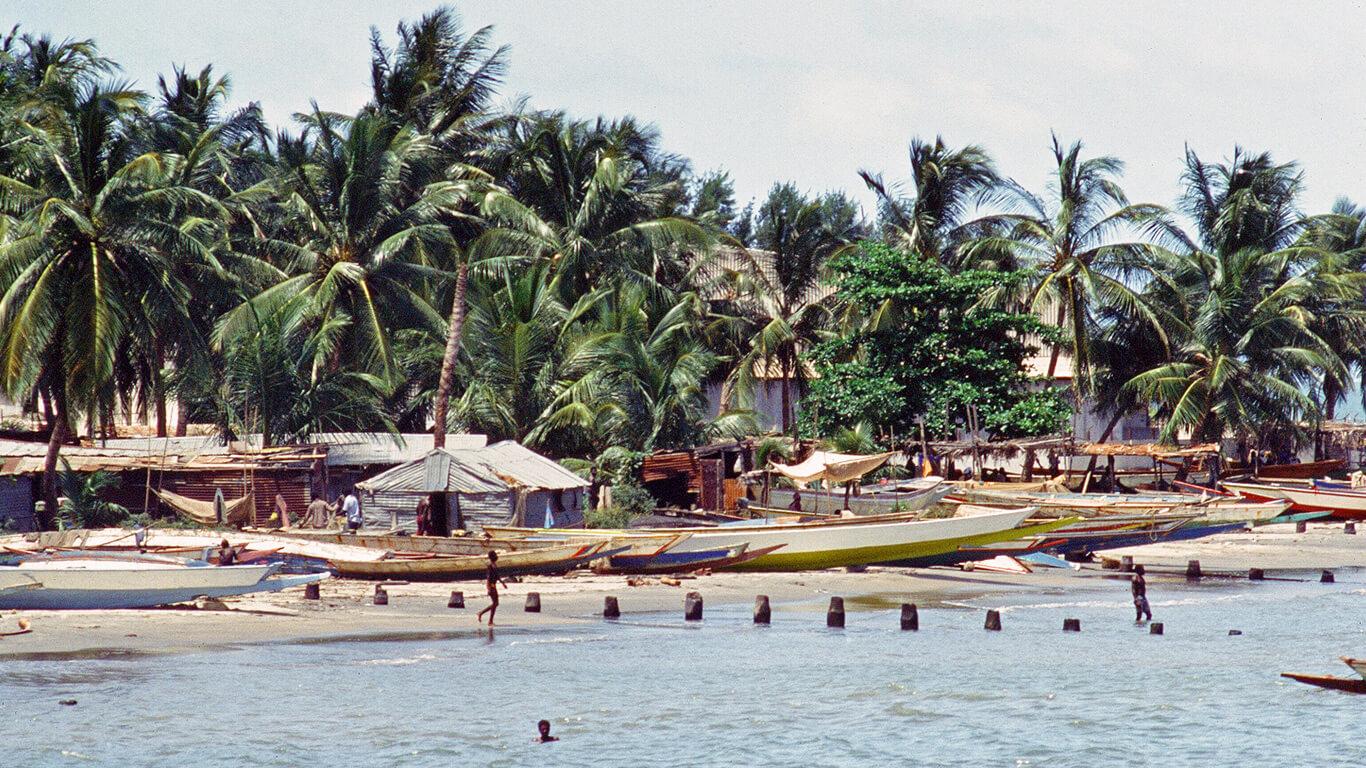 На берегу в Гамбии